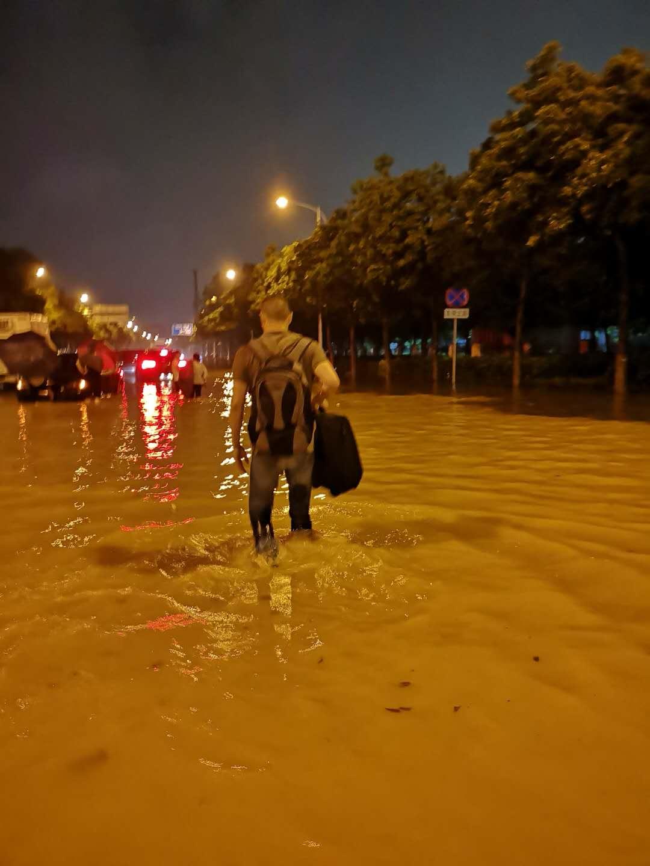 陈耀凯教授冒着大雨涉水步行一公里多至直播间