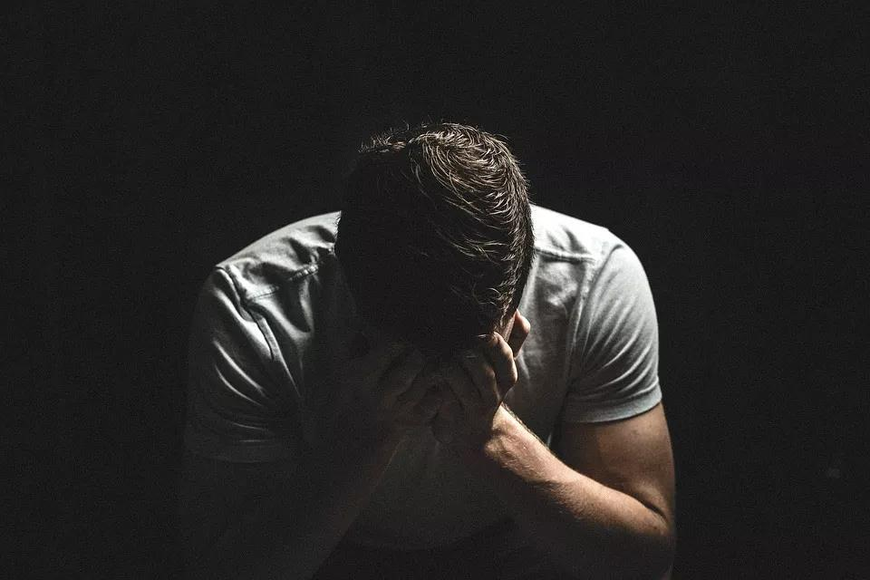 艾滋病,成为隔开他和理想生活的鸿沟,也让他的女朋友渐行渐远。