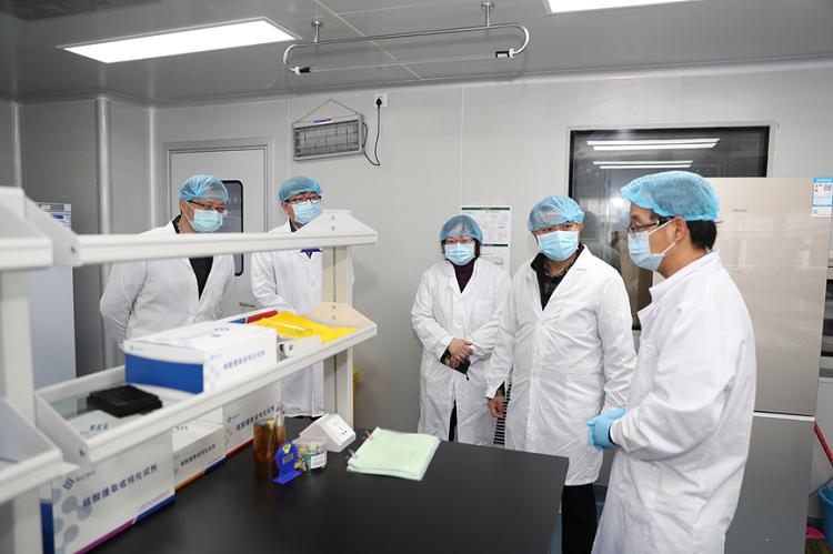 图为区领导一行参观了解公司抗疫产品的产研情况